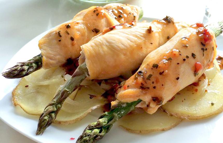 Rollitos de pollo con espárragos verdes