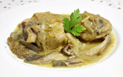 Pollo Nutrave en salsa con gírgolas, pasas y piñones