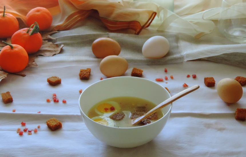 Caldo de pollo con jamón y huevo